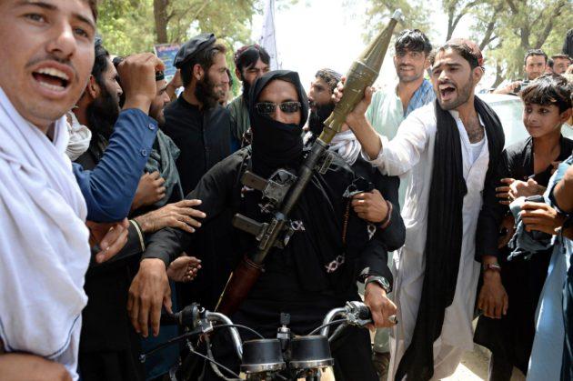 Talebanin taistelijoita ja siviilejä Jalalabadin kaupungissa kesäkuun tulitauon aikana.