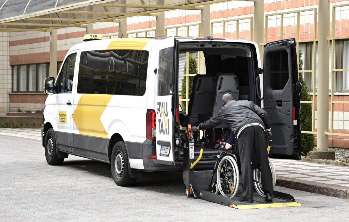 Taksiautoilija avusti asiakkaan kyydistä Peijaksen sairaalan edustalla Vantaalla 10. heinäkuuta.