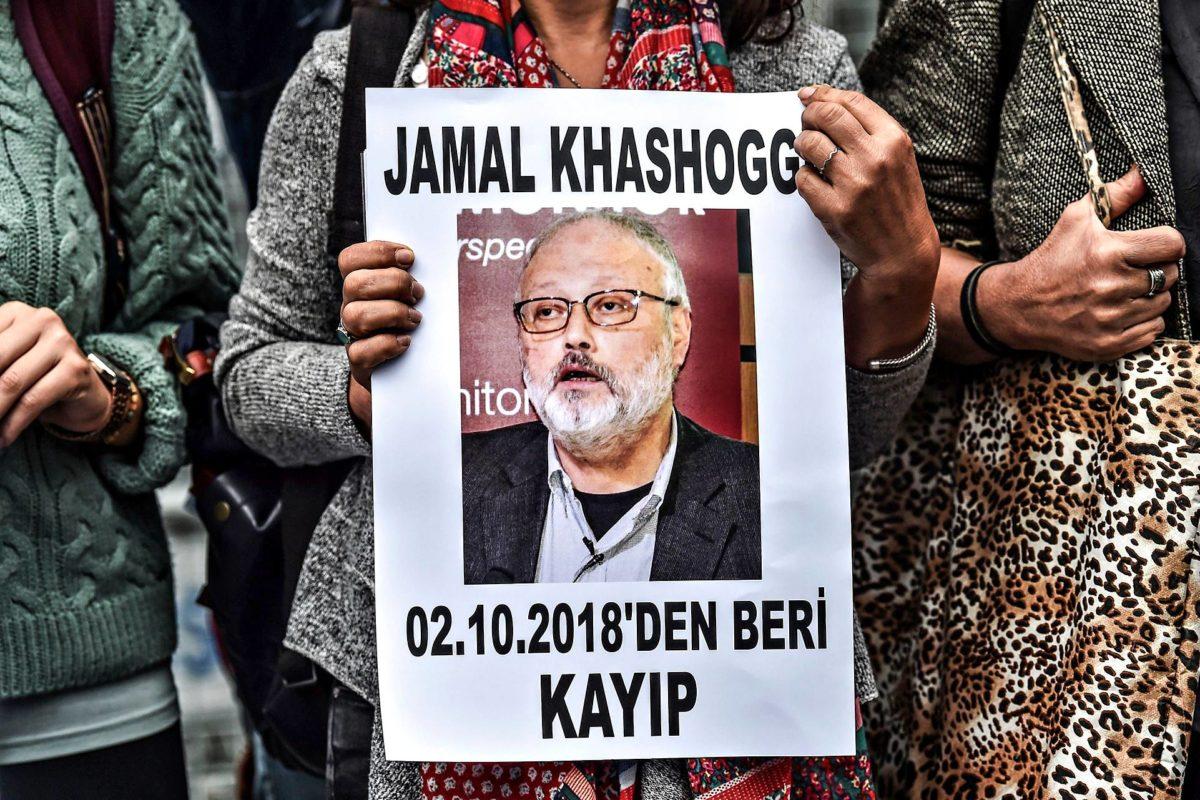Mielenosoittajat pitivät journalisti Jamal Khashoggin kuvaa esillä 9. lokakuuta.