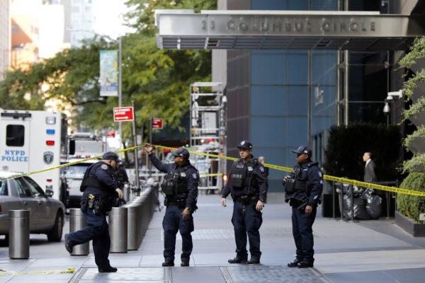 Poliisit eristivät Time Warner Centerin New Yorkissa 24. lokakuuta. Rakennuksessa sijaitsee uutiskanava CNN:n toimitus.