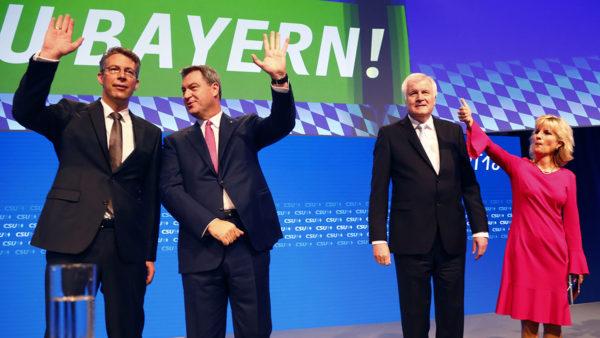 CSU:n johtohenkilöitä puoluekokouksessa 15. syyskuuta 2018. Vasemmalta Baijerin pääministeri Markus Söder, puolueen puheenjohtaja Horst Seehofer, pääsihteeri Markus Blume ja varapääsihteeri Daniela Ludwig.