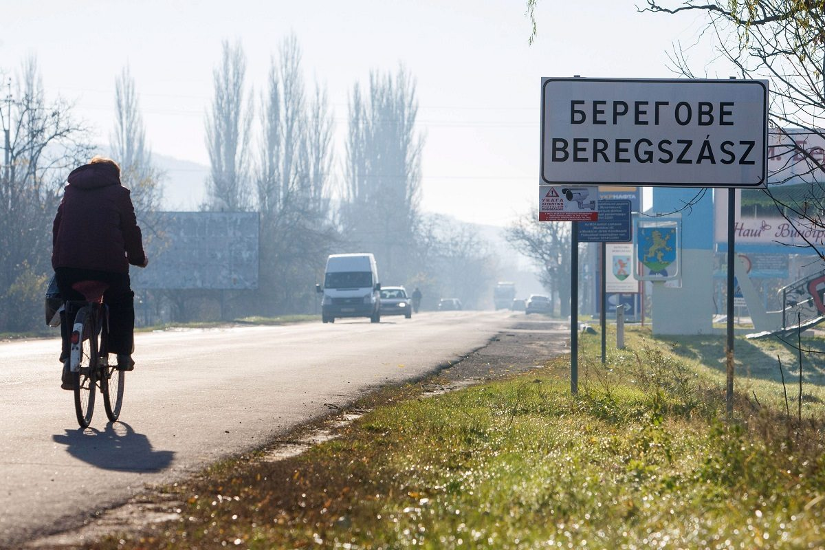 LKS 20181004 LKS 20180116 A picture taken on November 14, 2017 shows inscriptions in two languages, Ukrainian and Hungarian, on a road sign of Beregove, a small town in western Ukraine. The entire Transcarpathia region is in the spotlight since September when a controversial language law provoked tensions with a number of east European states. / AFP PHOTO / Sergiy Gudak AFP / LEHTIKUVA / SERGIY GUDAK