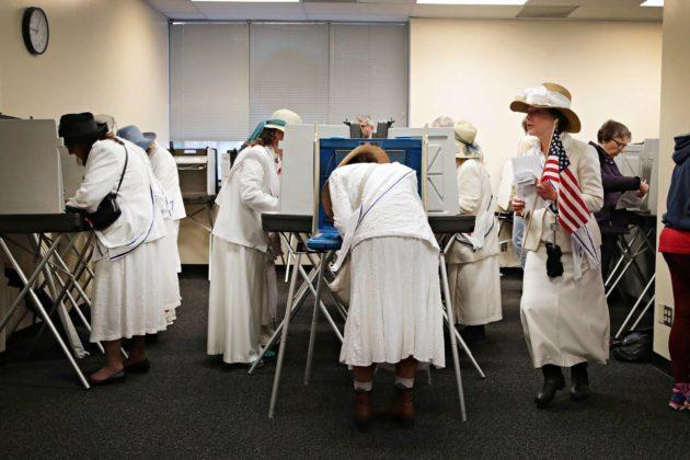 Suffrageteiksi pukeutuneet naiset antoivat äänensä 8. lokakuuta Iowan Des Moinesissa.