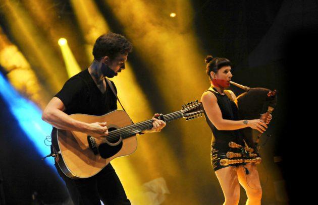 Jalmar ja Sandra Vabarna soittivat Malesiassa keväällä 2015.
