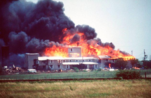 David Koreshin johtaman Daavidin oksa -lahkon tila paloi Texasin Wacossa 19. huhtikuuta 1993.