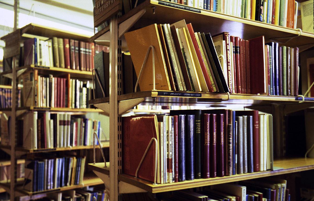 Kirjoja hyllyssä. Kuvituskuva.