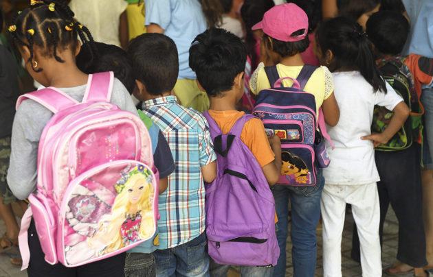 Pakolaislapsia koulussa Kreikassa elokuussa 2016. Kuvituskuva.