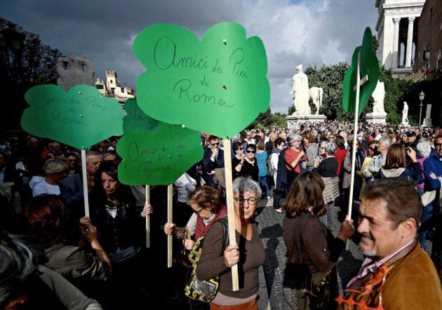 """Mielenosoittajat ilmoittivat olevansa """"Rooman mäntyjen ystäviä"""" 27. lokakuuta."""