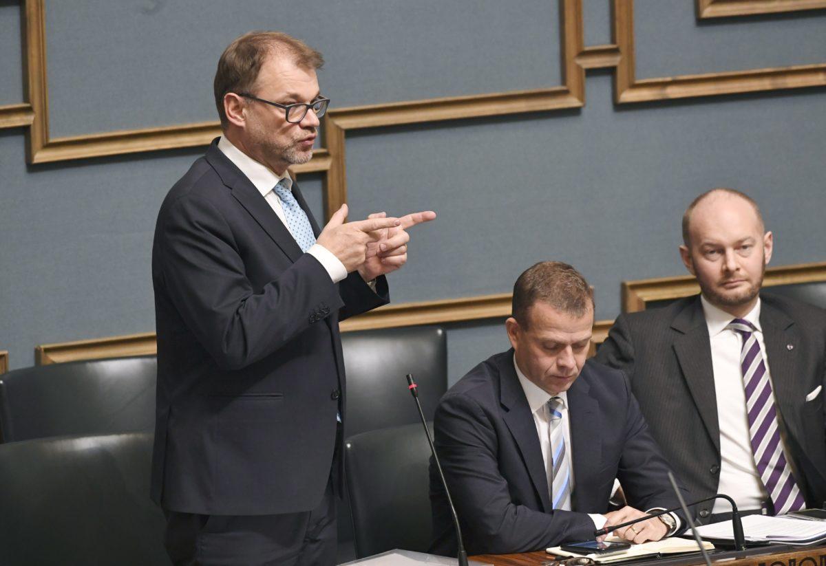 LKS 20181016 Pääministeri Juha Sipilä, valtiovarainministeri Petteri Orpo ja Eurooppa-, kulttuuri-, ja urheiluministeri Sampo Terho eduskunnan täysistunnossa Helsingissä 16. lokakuuta 2018. Täysistunnon käsittelyssä oli valtioneuvoston tiedonanto hallituksen työllisyyspolitiikasta ja työllistämiskynnyksen madaltamisesta pienissä yrityksissä. LEHTIKUVA / HEIKKI SAUKKOMAA