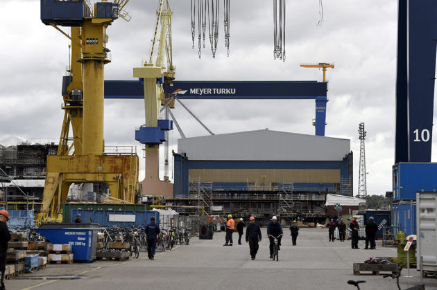 Nosturi ja laivanrakentajia Meyer Turun telakalla Turussa 14. syyskuuta 2018.