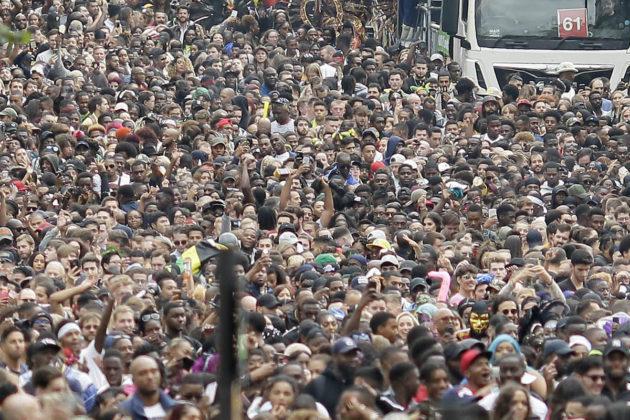 Väkijoukko Lontoossa. Kuvituskuva.
