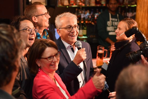 LKS 20181028 Hesse's top candidates of the ecologist Green party Tarek Al-Wazir and Priska Hinz address supporters at an election party after the state elections in Hesse (Hessen) in Wiesbaden, western Germany on October 28, 2018. (Photo by Torsten SILZ / AFP) - LEHTIKUVA / AFP