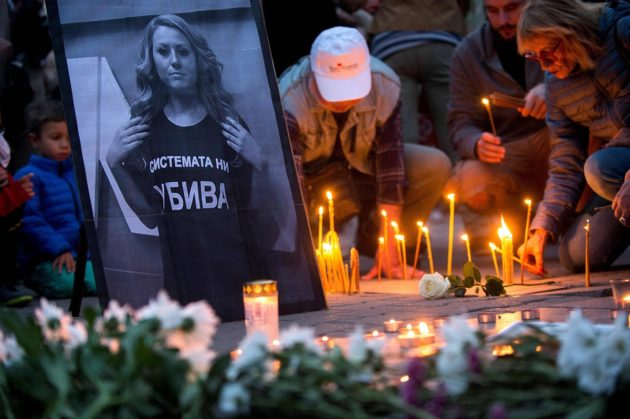 LKS 20181008 People take part in a vigil in memory of murdered Bulgarian TV journalist Viktoria Marinova in Sofia on October 8, 2018. - Corruption-plagued EU member Bulgaria found itself under pressure to find the killer of a television journalist whose brutal murder at the weekend has shocked the country and sparked international condemnation. (Photo by Nikolay DOYCHINOV / AFP) - LEHTIKUVA / AFP