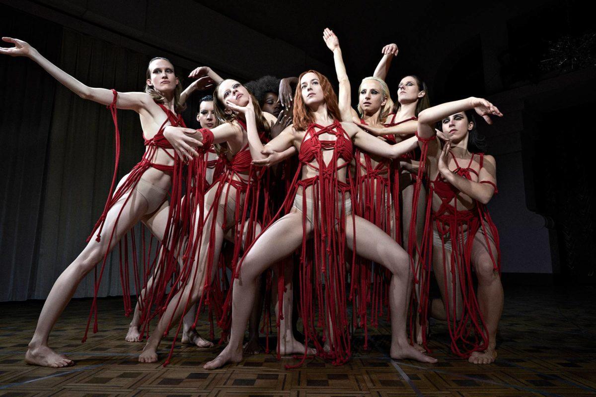 Luca Guadagdinon Suspiria sijoittuu berliiniläiseen tanssikouluun.