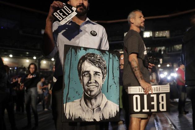 Texasin senaattoriksi pyrkineen Beto O'Rourken kannattajia El Pasossa vaali-iltana 6. marraskuuta.