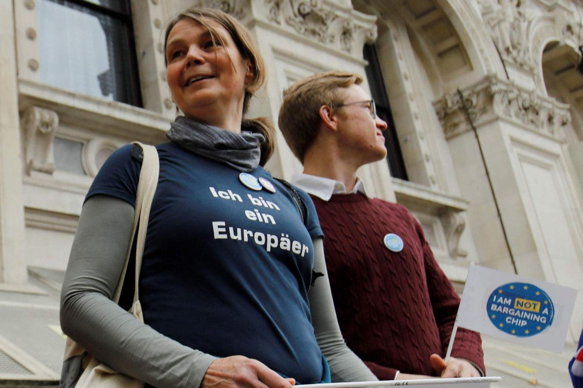 Brexitin vastustajat muodostivat Lontoossa 5. marraskuuta ihmisketjun parlamenttiaukiolta pääministerin vrika-asunnolle Downing Streetillä.