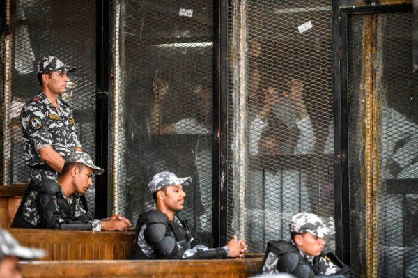 Rabaan aukion väkivaltaisuuksista syytetyt Muslimiveljeskunnan jäsenet ja tukijat oikeudenkäynnissä Kairossa 28. heinäkuuta 2018.