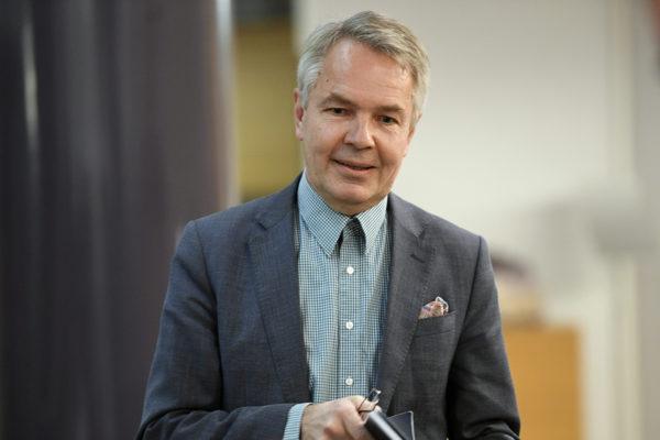 Vihreiden kansanedustaja Pekka Haavisto kommentoi lähtöään vihreiden puheenjohtajakisaan eduskunnassa Helsingissä perjantaina 2. marraskuuta 2018.