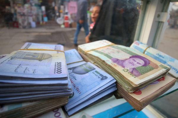 Yhdysvaltain dollareita ja Iranin rialeita.