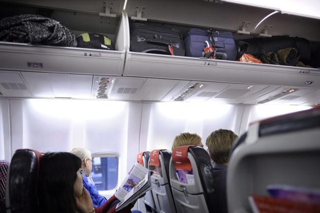 Matkatavaroita lentokoneen matkustamossa.