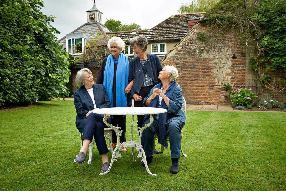 Brittidraaman aateliset viihtyvät puutarhassa.