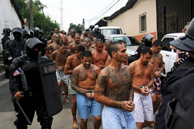 Poliisi saattoi elsalvadorilaisen La Mara Salvatrucha -jengin jäseniä vankilaan maaliskuussa 2016.