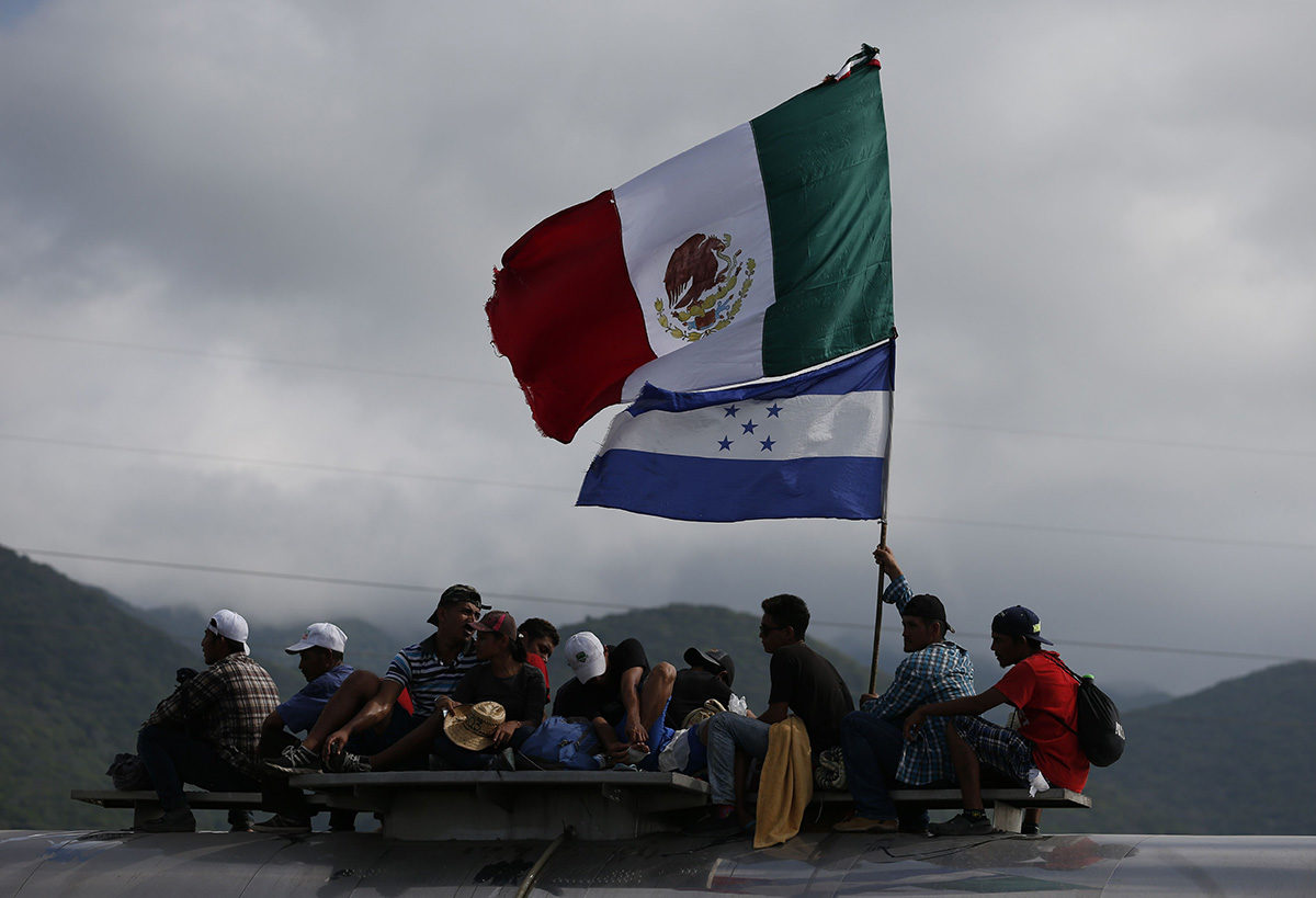 Meksikon ja Hondurasin lippuja kantavia siirtolaisia Oaxacan osavaltiossa Meksikossa 1. marraskuuta 2018.