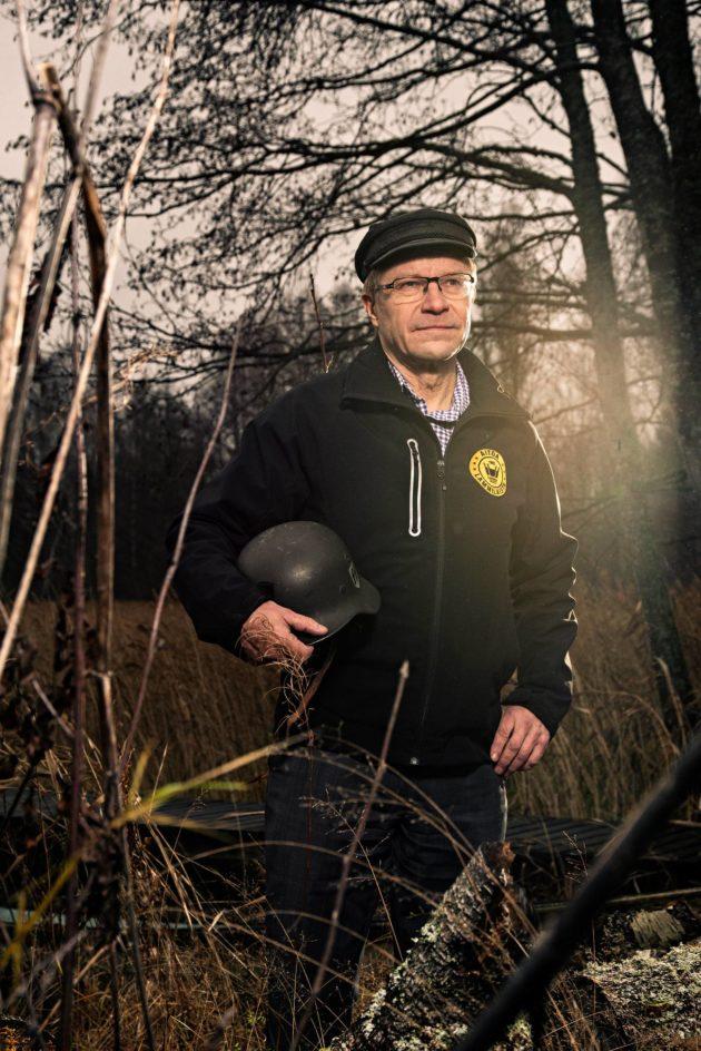 Pekka Kääriäinen kotipihansa rantakaislikossa Lammilla.