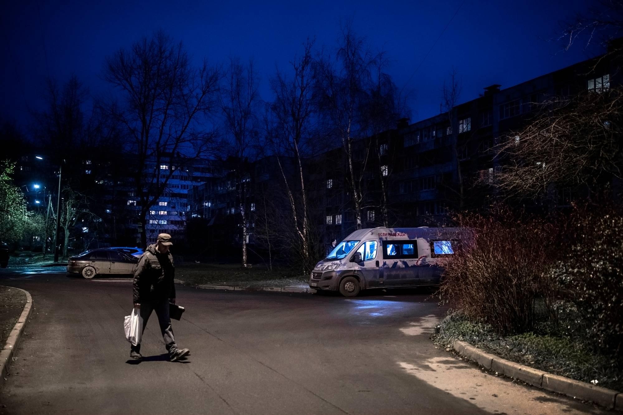 Avustusjärjestö tekee minibussissa hiv-testejä ja jakaa puhtaita neuloja. Bussi pysähtyy kerran viikossa Kommunarin lähiössä Pietarin liepeillä.