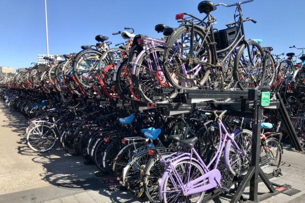 Kaksikerroksinen pyöräparkki Amsterdamissa.