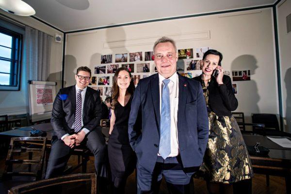 Sdp:n suosion nousu on laskenut jännitteitä puoluejohdossa. Eduskunnassa hymyilevät Antti Lindtman (vas), Sanna Marin, Antti Rinne ja Maarit Feldt-Ranta.