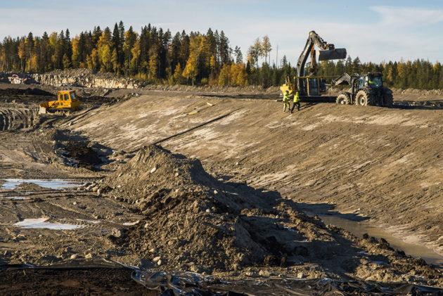 Sotkamo Silverin hopeakaivoksen patoalueen rakennusta 4. lokakuuta 2018. Tuotannon kaivoksella pitäisi alkaa vuoden 2019 ensimmäisellä neljänneksellä.