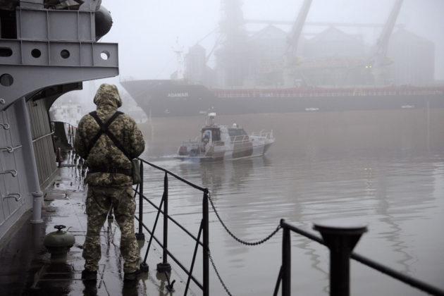 Ukrainalainen sotilas vartiossa Dondass-aluksella Mariupolissa 27. marraskuuta 2018.