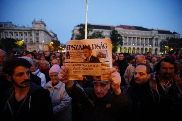 Kuva mielenosoituksesta syksyllä 2016, jolloin Unkarin suurin oppositiolehti Népszabadság lopetettiin.