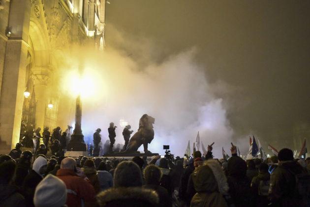 Mielenosoitus parlamenttitalon edustalla Budapestissä 13. joulukuuta 2018.