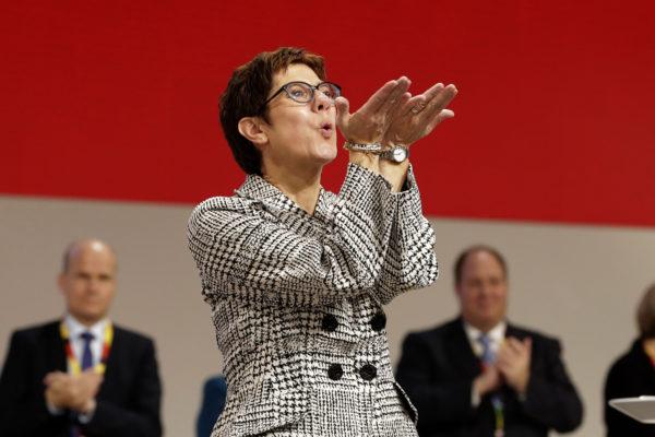 Vastavalittu kristillisdemokraattien puheenjohtaja Annegret Kramp-Karrenbauer lähetti lentosuukkoja CDU:n puoluekokousväelle Hampurissa 7. joulukuuta 2018.