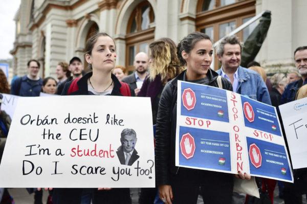 Mielenosoittajat puolustivat CEU-yliopistoa Budapestissä 9. huhtikuuta 2017.