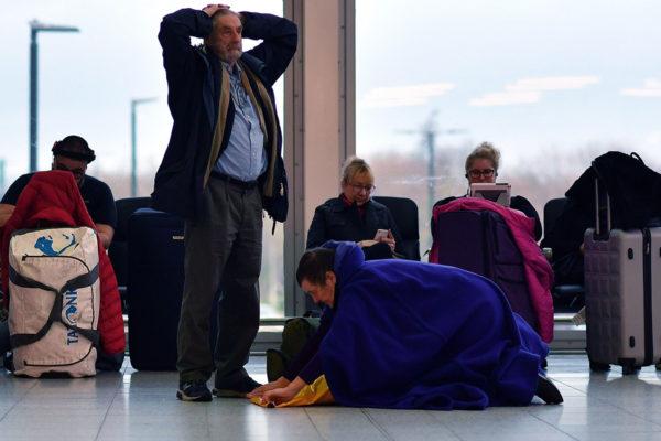 Matkustajia Gatwickin lentokentällä 21. joulukuuta 2018.
