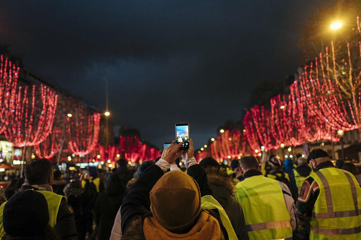 Keltaliivit kokoontuivat Champs Elyseellä Pariisissa lauantaina 22. joulukuuta 2018.
