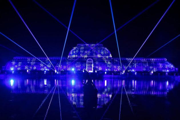 Laservalot joulukoristavat Kew Gardensin kasvitieteellistä puutarhaa Lontoossa loppuvuodesta 2018.