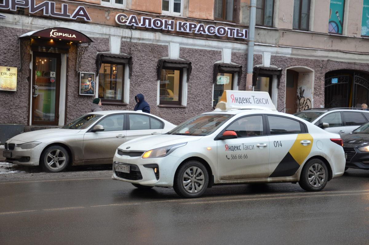 Yandexin taksi Pietarissa.