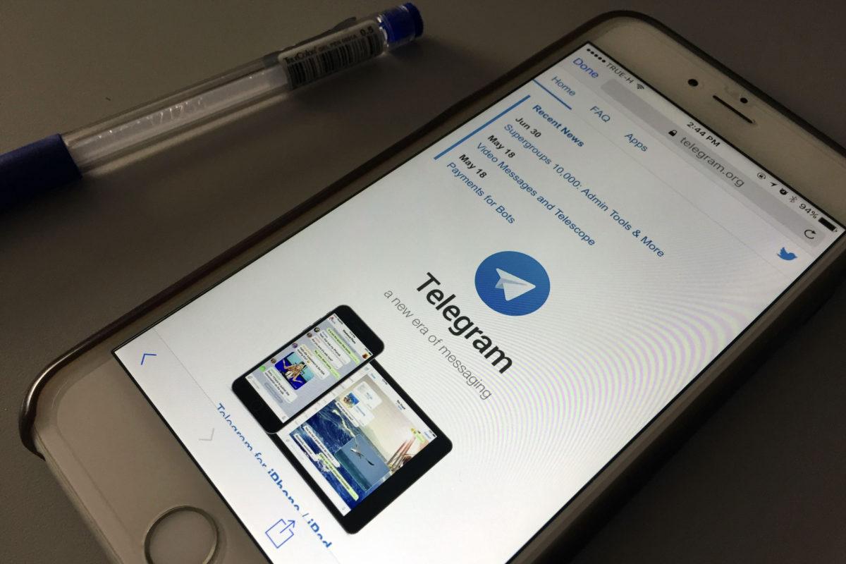 Viestisovellus Telegram puhelimen näytöllä.