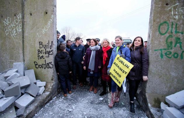 """Brexitiä vastustavat mielenosoittajat kaatoivat rakentamansa """"muurin"""" Newryssä Pohjois-Irlannin ja Irlannin rajalla 26. tammikuuta 2019."""