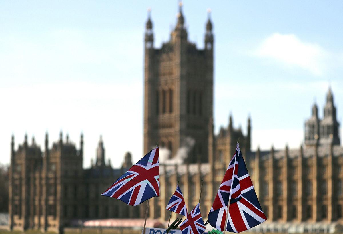 Britannian lippuja Britannian parlamentin edustalla Lontoossa 22. tammikuuta 2019.
