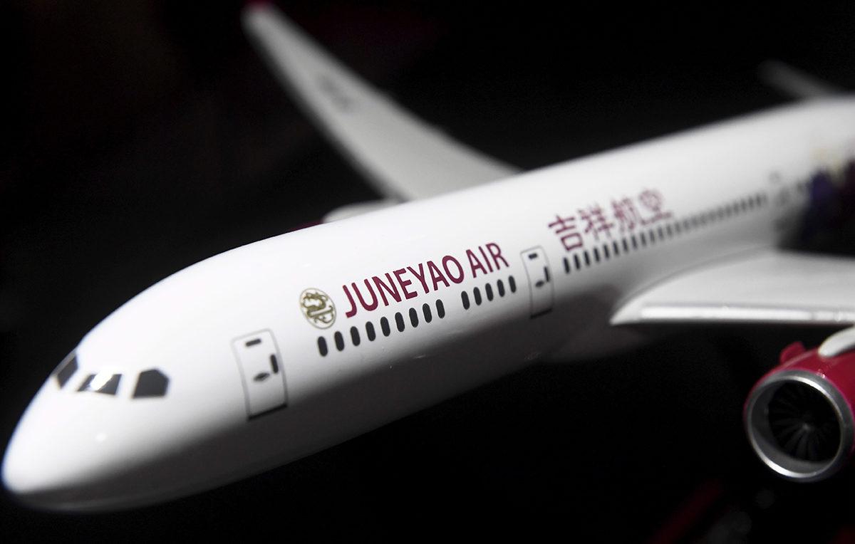 Juneyao Airin koneen pienoismalli matkamessuilla Helsingissä 17. tammikuuta 2019.