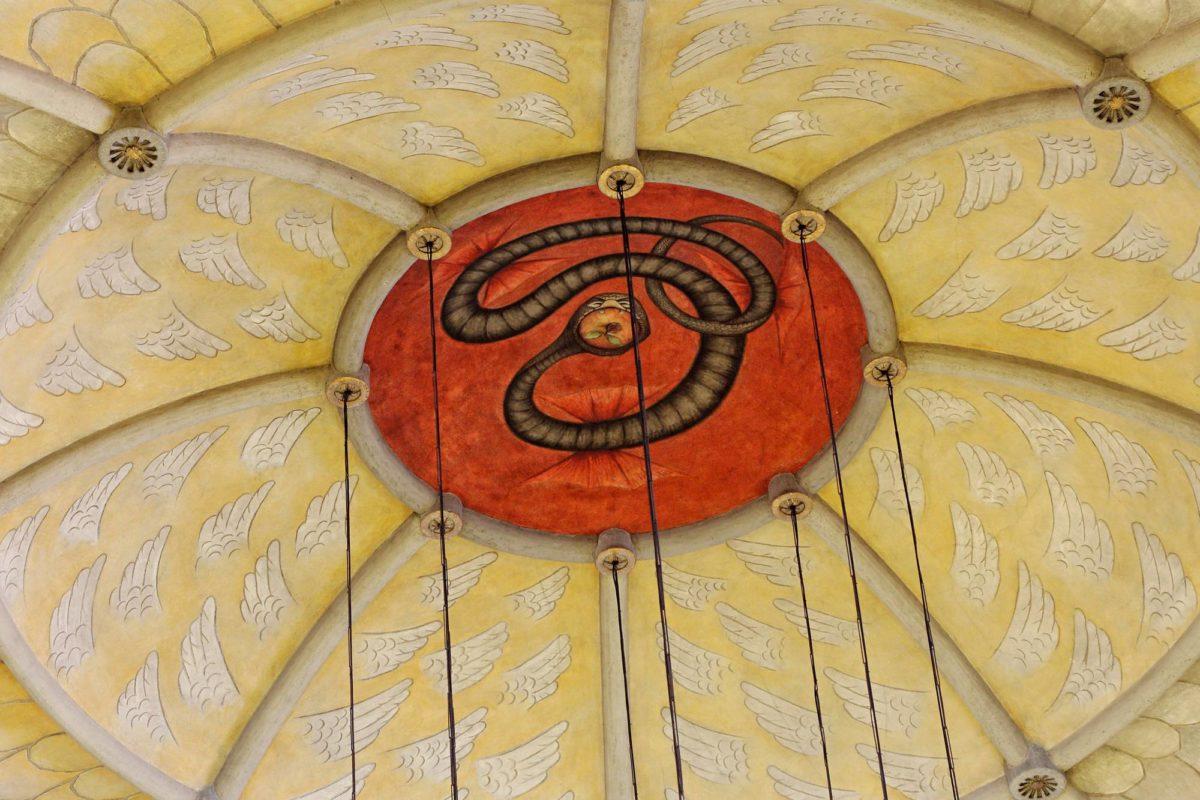 Kiistelty käärme sai jäädä Tampereen tuomiokirkon kupoliin.