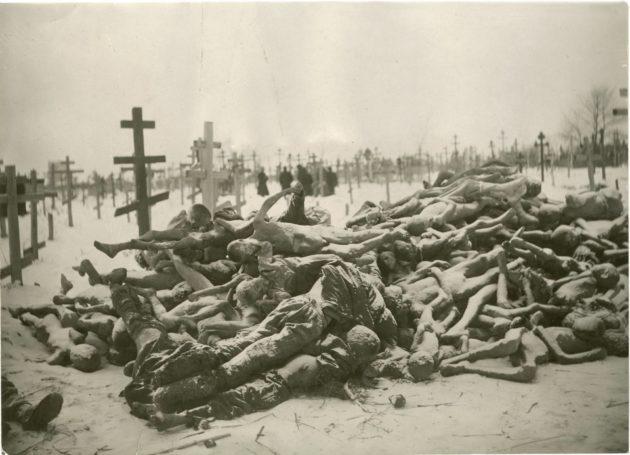 Talvella kuolleita ei pystytty hautaamaan jäätyneeseen maahan, joten ruumiit vain kuljetettiin hautausmaalle  ja koottiin pinoihin.