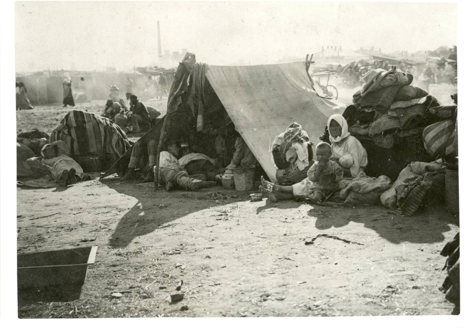 Monet nälän takia kodeistaan lähteneet pakolaiset majoitettiin alkeellisiin telttoihin.