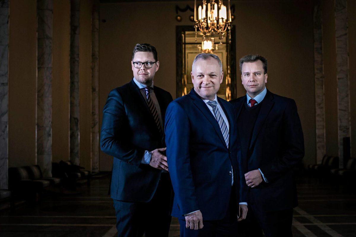 Eduskuntaryhmien puheenjohtajat Antti Lindtman (sd), Kalle Jokinen (kok) ja Antti Kaikkonen (kesk) kohtasivat valtiosalissa.
