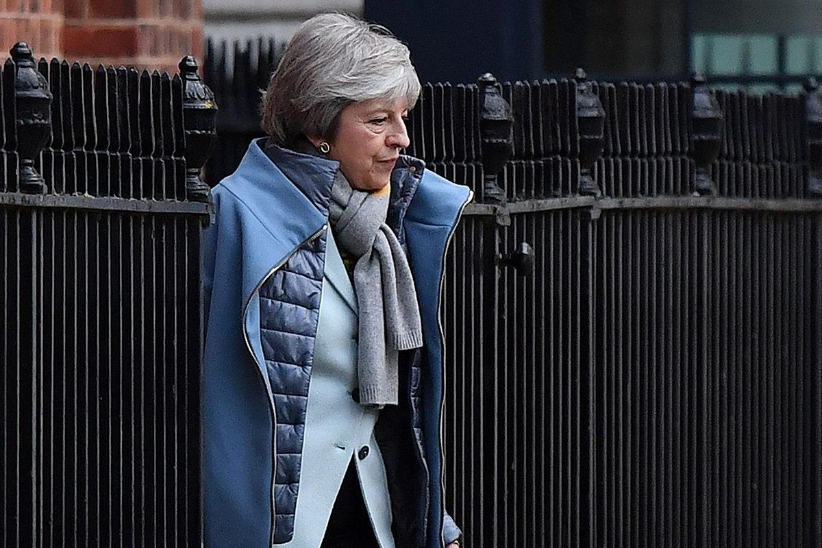 Pääministeri Theres May poistumassa Downing Street 10:stä perjantaina 18. tammikuuta 2019.